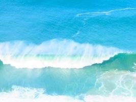 Wasser und Wind formen Wellen